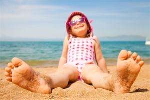 ребенок на пляже в панамке и очках