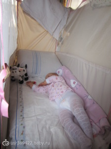 ребенок спит в поезде